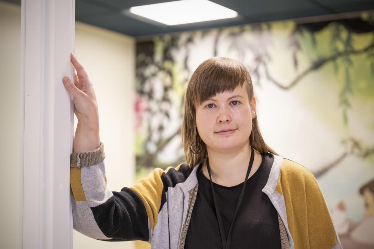 Tiina Nevalainen Joensuun turvakodissa.
