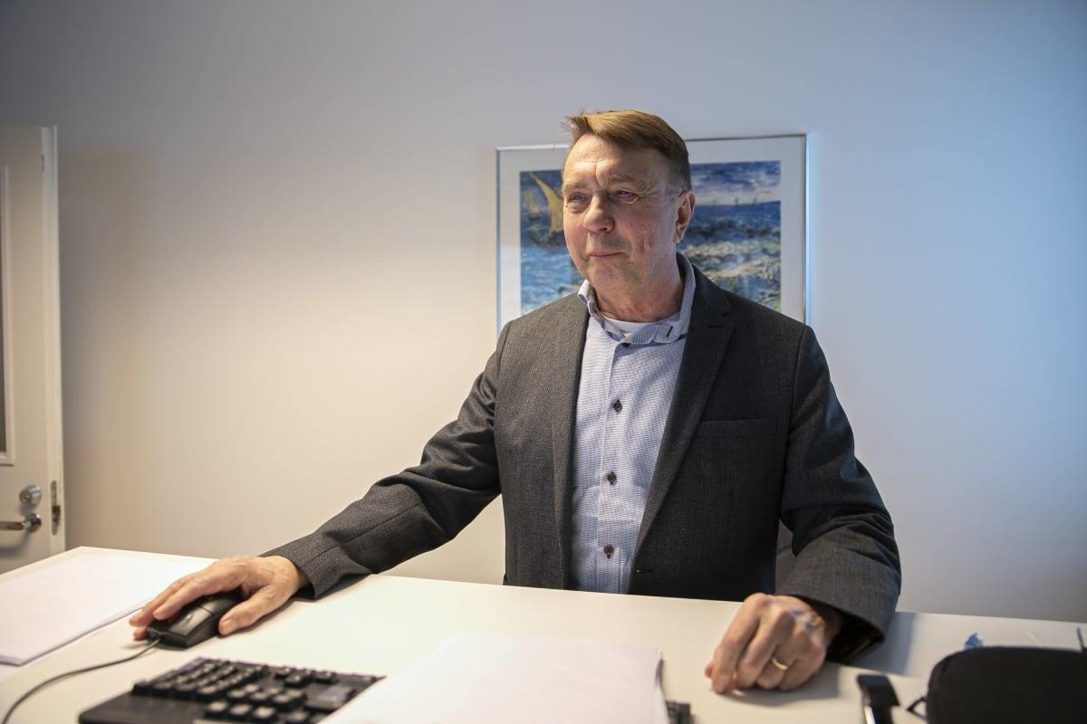 Olli Manninen työpöytänsä ääressä te-toimistossa.