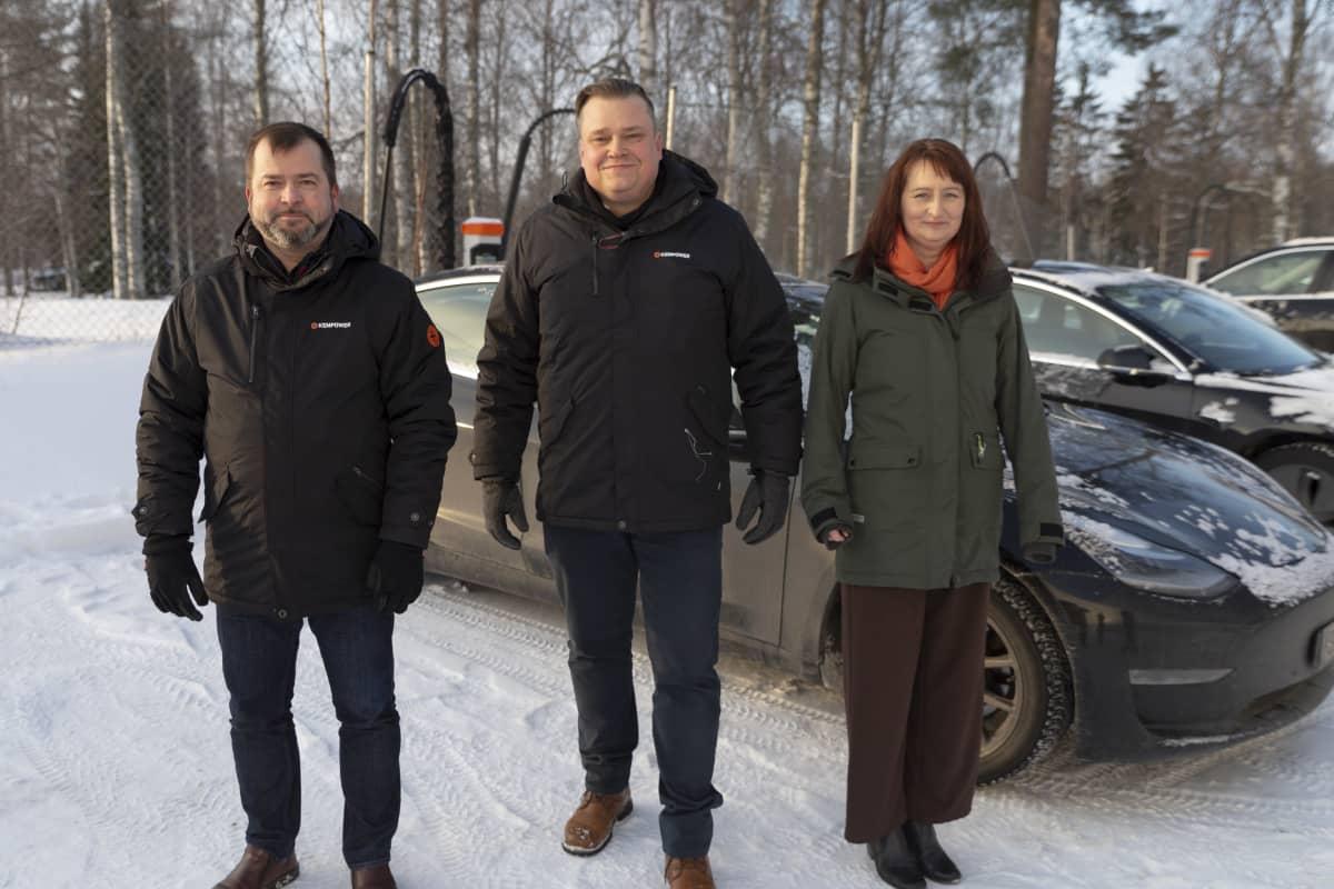 Kempowerin tuotekehitysjohtaja Mikko Veikkolainen (vas.), toimitusjohtaja Tomi Ristimäki ja tuotantojohtaja Sanna Otava.