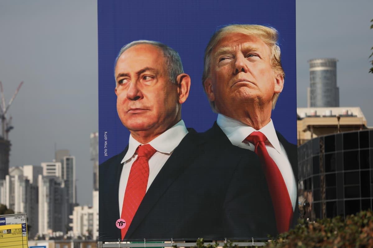 Israelin pääministeri Benjamin Netanjahu ja Yhdysvaltojen entinen presidentti Donald Trump ikuistettuna mainostauluun Tel Avivissa Israelissa.