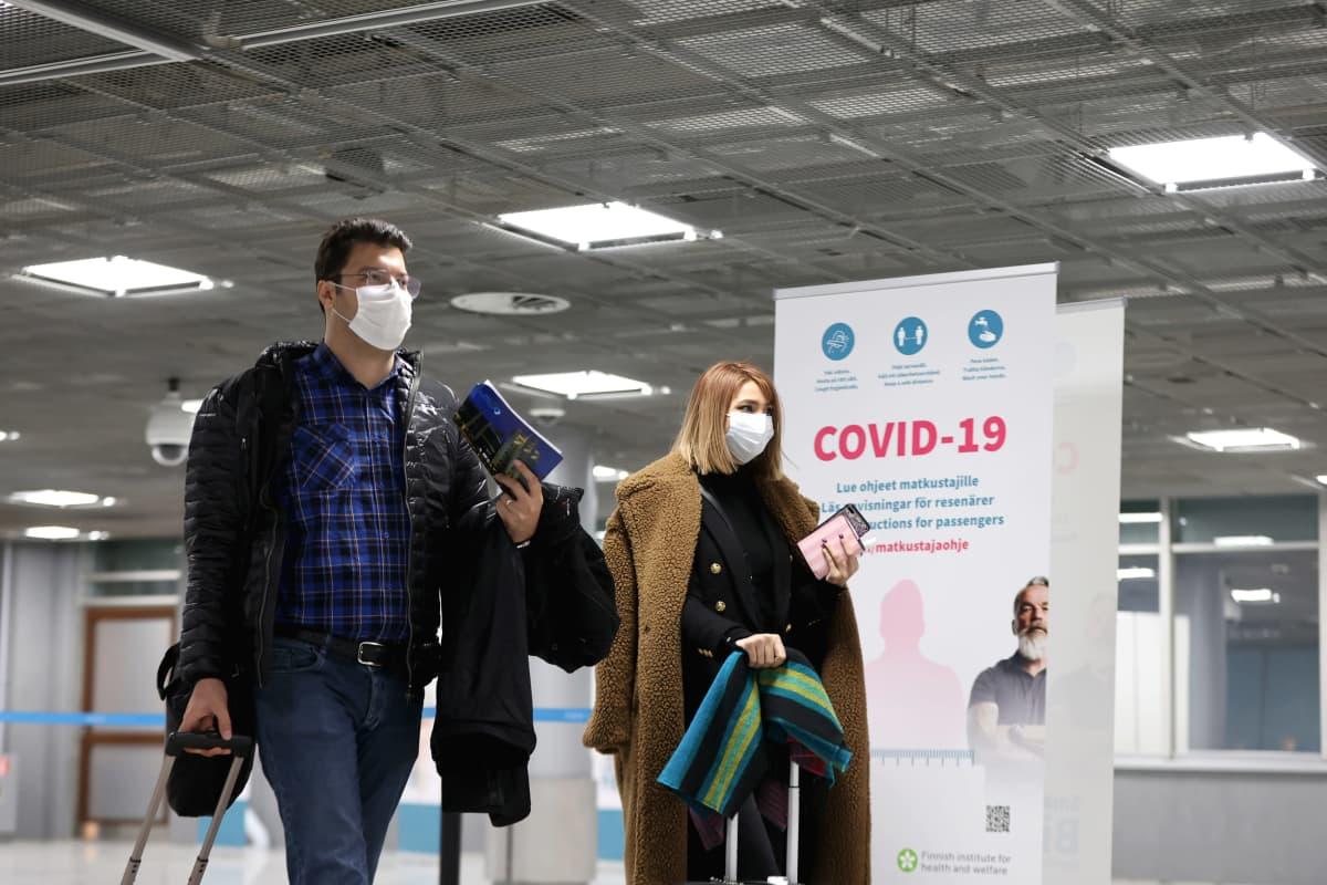 Venäläisiä matkustajia passitarkastuksessa Helsinki-Vantaan lentoasemalla.