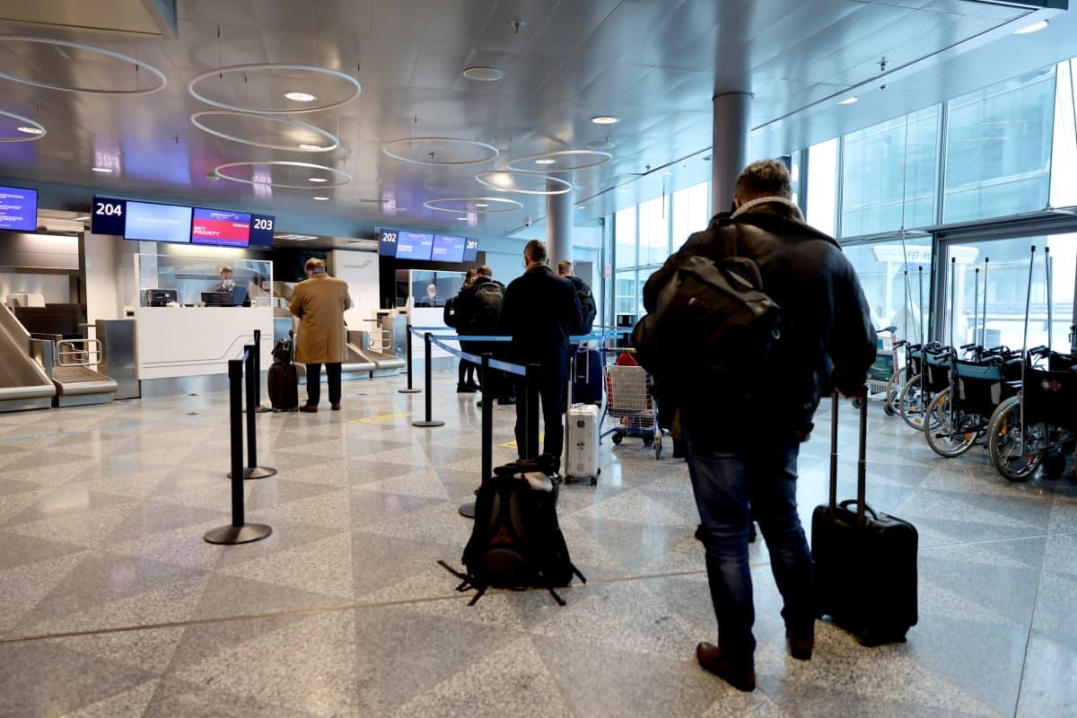 Venäläisiä matkustajia Helsinki-Vantaan lentoasemalla.