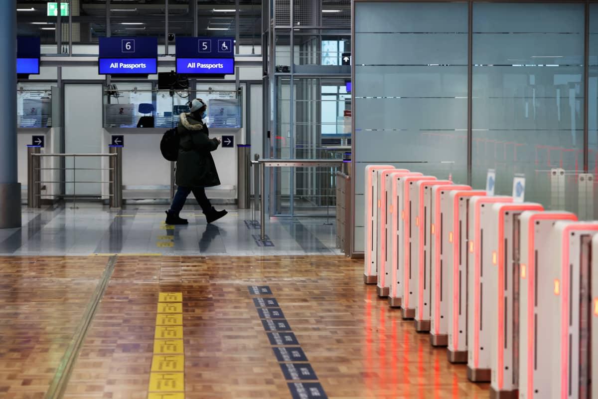 Matkustajia passintarkastuksessa Helsinki-Vantaan lentoasemalla.