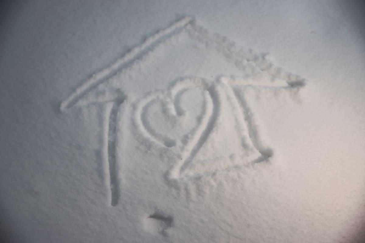 """koTona -kampanjan keksijän Mauno Kinnusen piirros lumihankeen, joka kuvailee """"KoTonavirusta""""."""