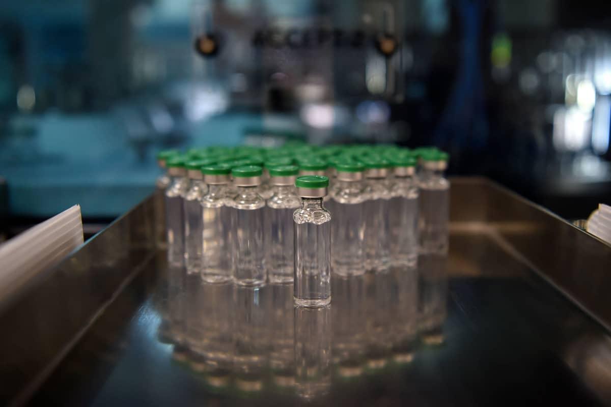 AstraZenecan rokotetta ampulleissa.