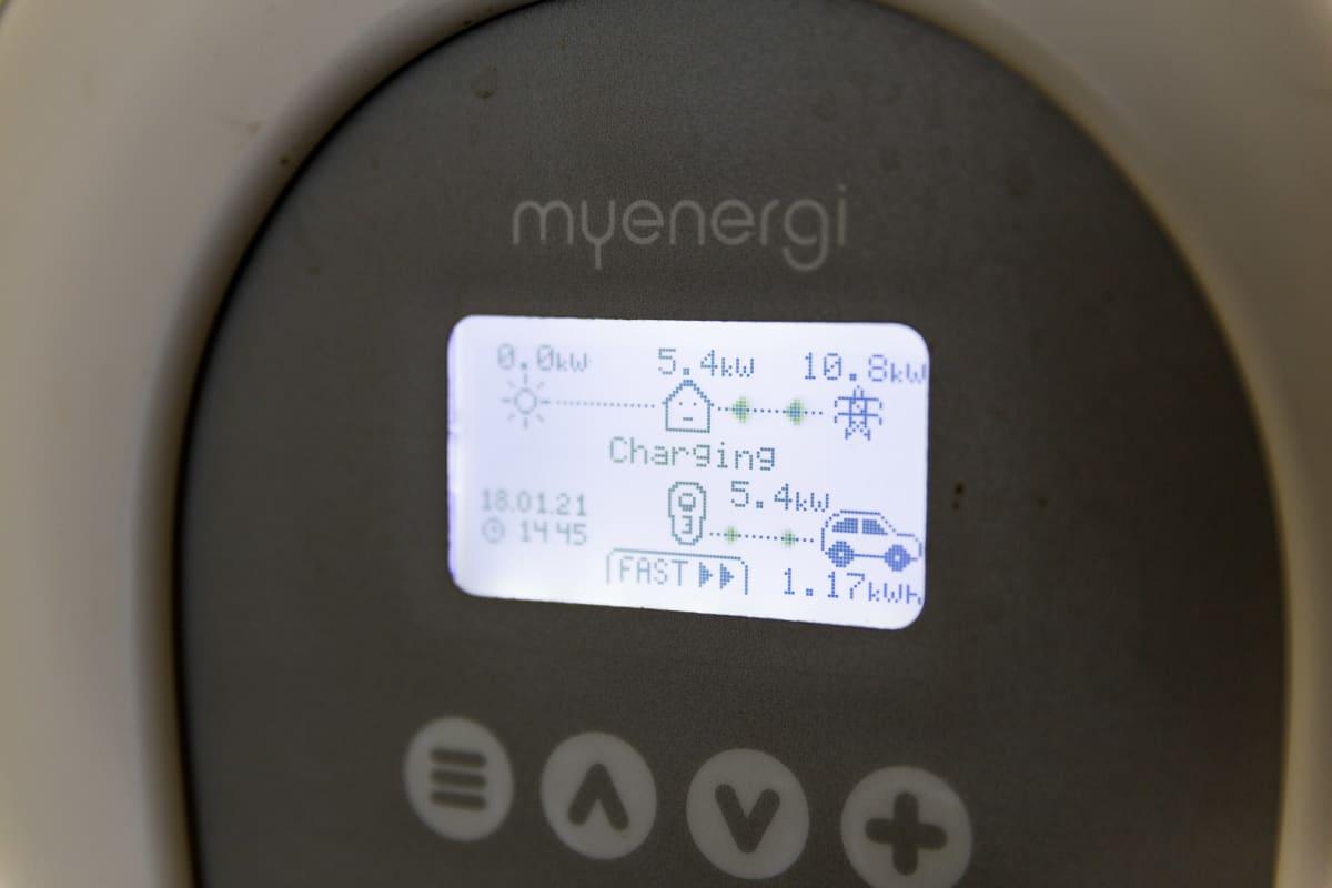 Laturi kertoo, että autoa ladataan ostosähköllä, kosta aurinkopaneelit eivät tuota sähköä.