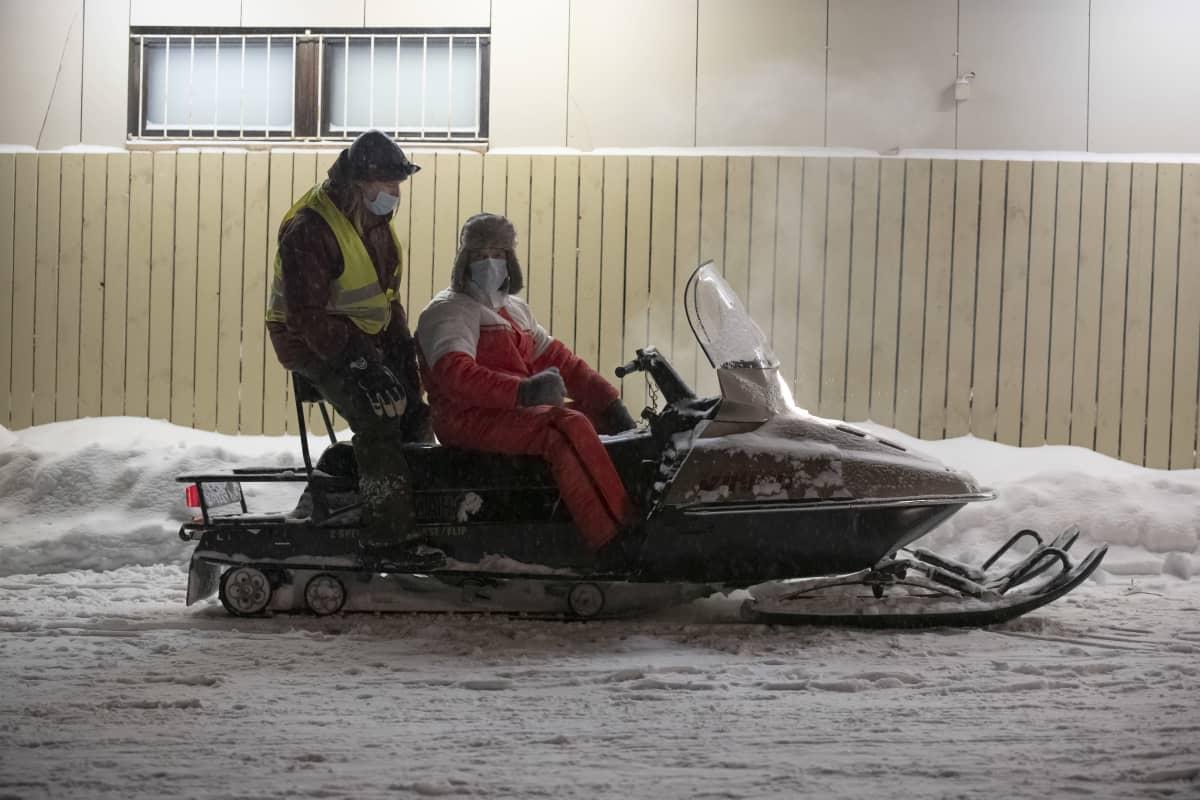 Näyttelijä Jarkko Lahti ajaa moottorikelkkaa Metsurin tarina -elokuvan kuvauksissa.