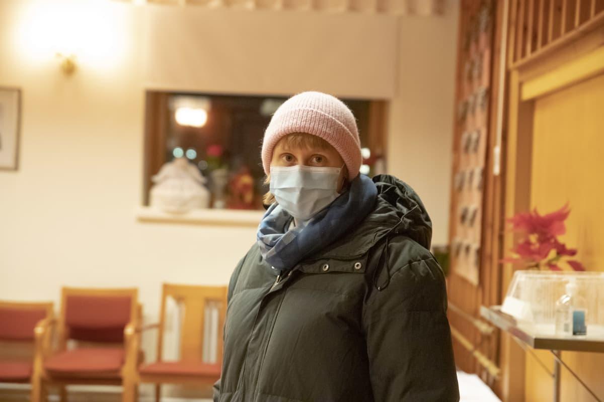 Tuottaja Emilia Haukka Puolangan kirkolla.
