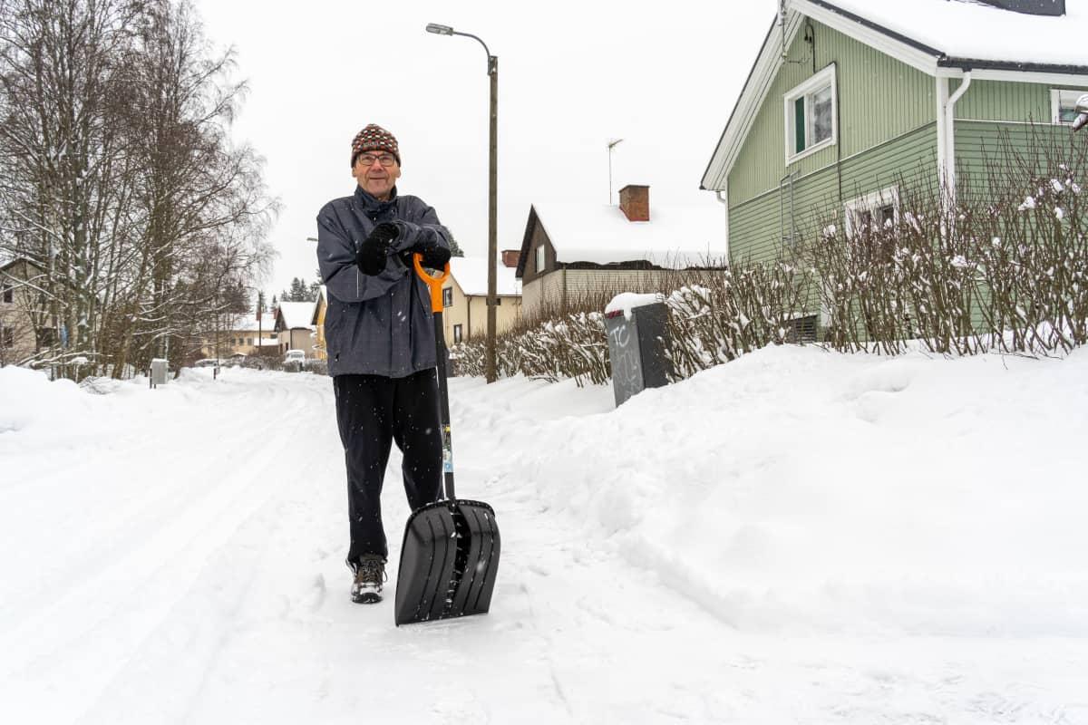 Pentti Nikula lumitöissä omakotitalollansa Tampereen Kalkussa.