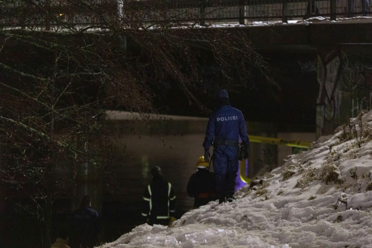 Pelastushenkilöstöä seisomassa joen äärellä.