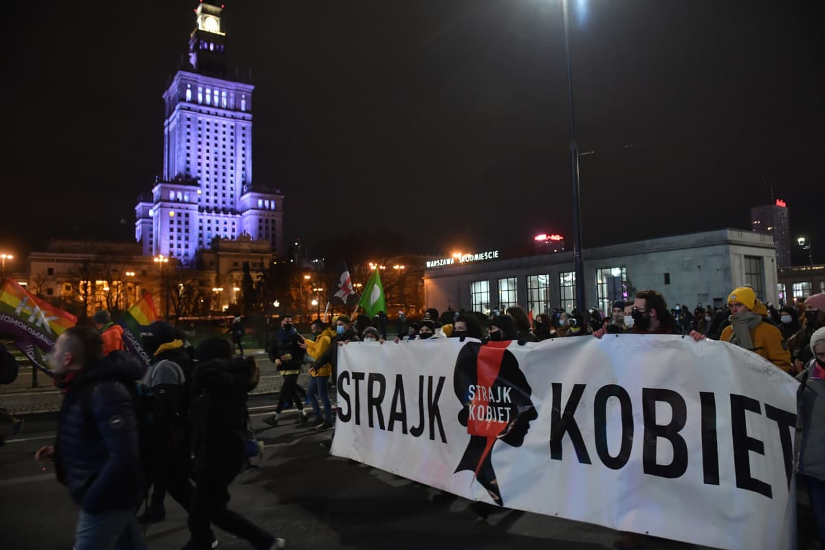 Puolan pääkaupungissa Varsovassa ihmiset lähtivät illalla kaduille vastustamaan aborttioikeuden tiukennuksia.