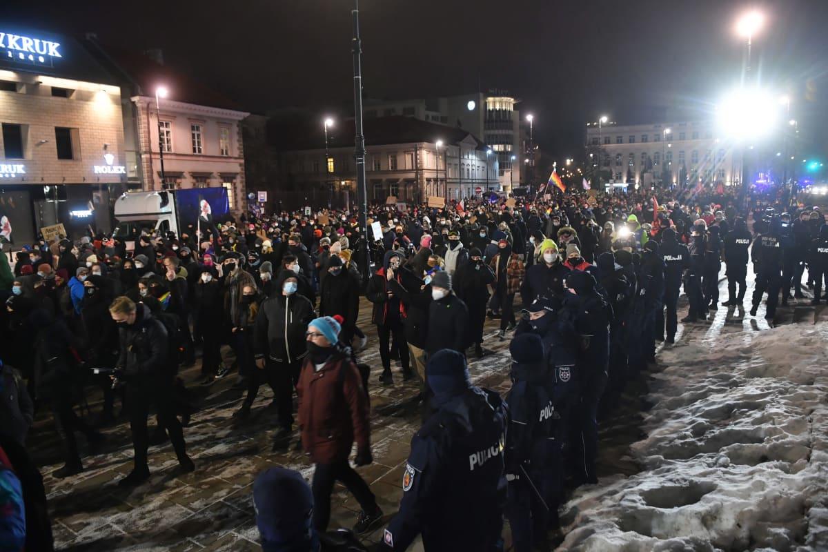Ihmiset uhmasivat keskiviikkoiltana Puolan koronapandemian takia asettamia kokoontumisrajoituksia mielenosoituksessa Varsovassa. Protesti kutsuttiin koolle pian sen jälkeen kun maan hallitus ilmoitti aborttioikeuden tiukennuksista.
