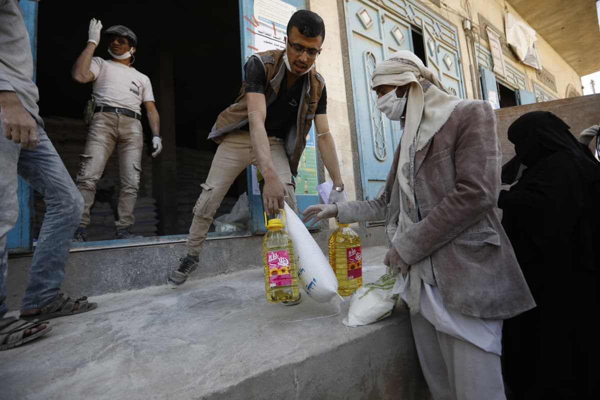 Avustustyöntekijä jakoi ruokaa Jemenin pääkaupungissa Sanaassa.