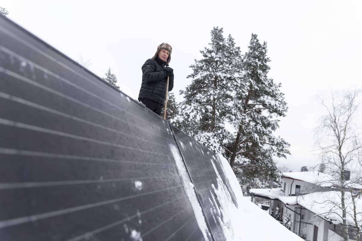 Espoolainen Ari Siipivirta ja aurinkopaneeleja katolla.
