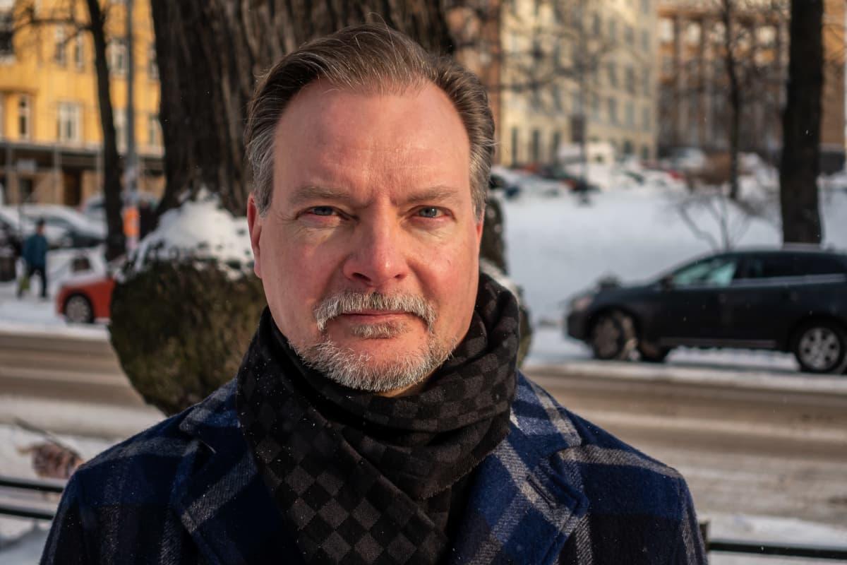 Viestinnän professori Pekka Isotalus Karhupuistossa Helsingissä 29.1.2021.