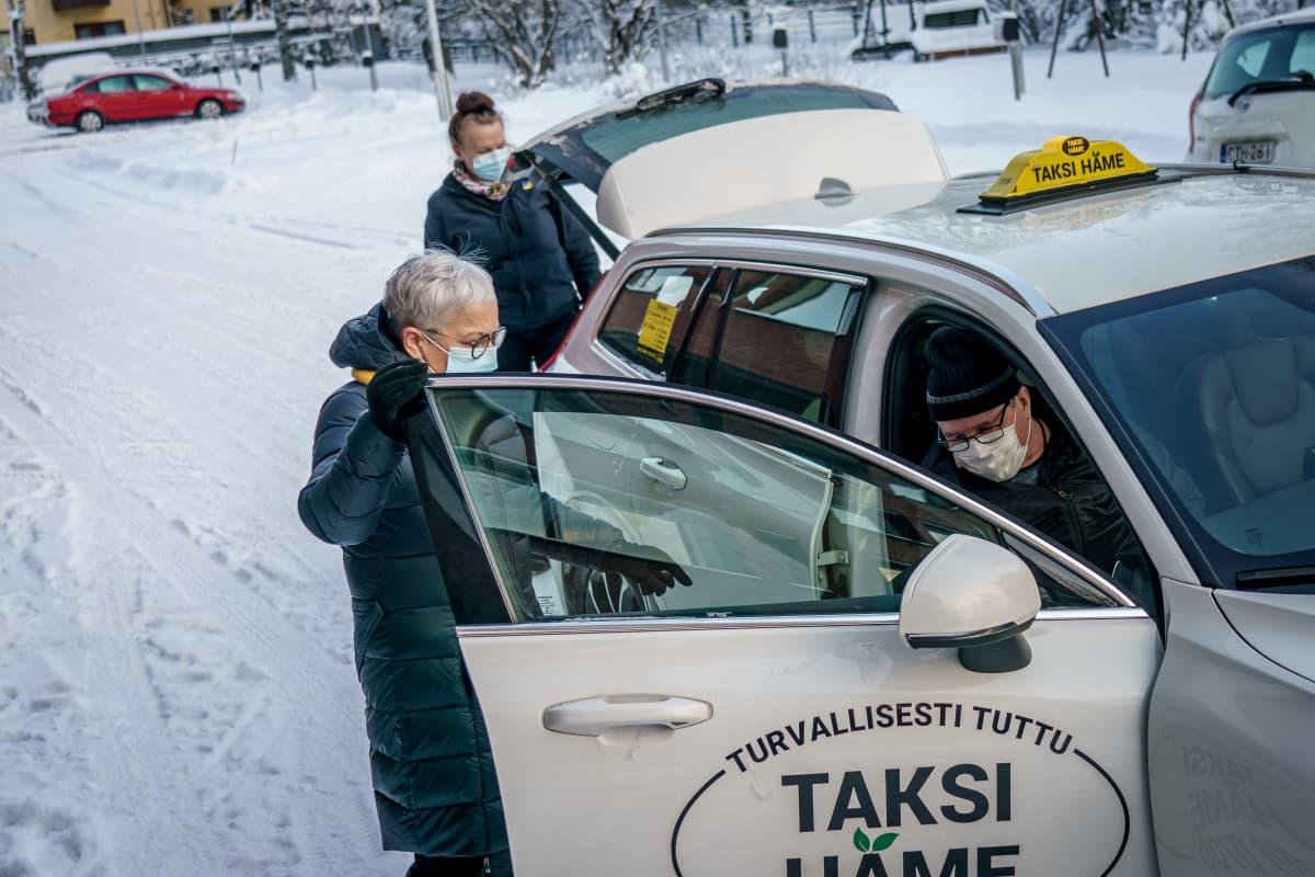 Omaishoitaja on vastassa kun hänen aviomiehensä saapuu taksilla kotiin.
