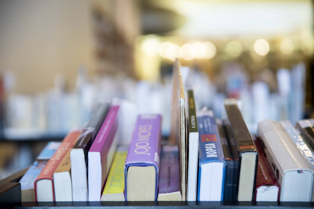 Kirjoja Turun pääkirjaston varaushyllyssä noutoa odottamassa.