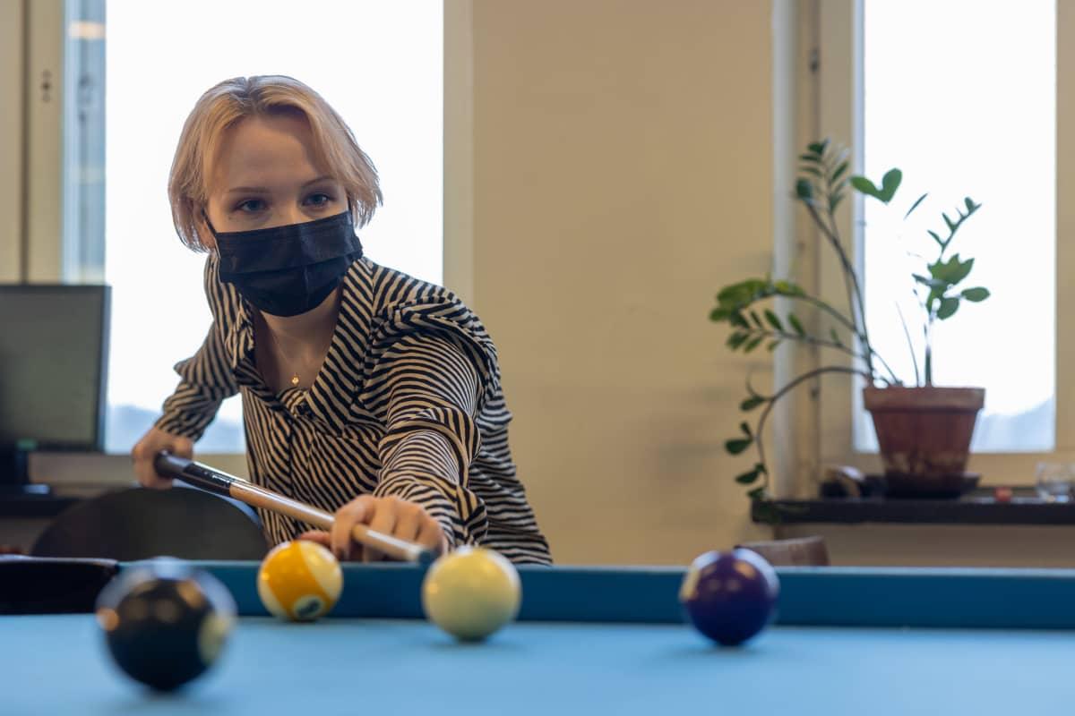 Sofia Varjolahti pelaamassa biljardia
