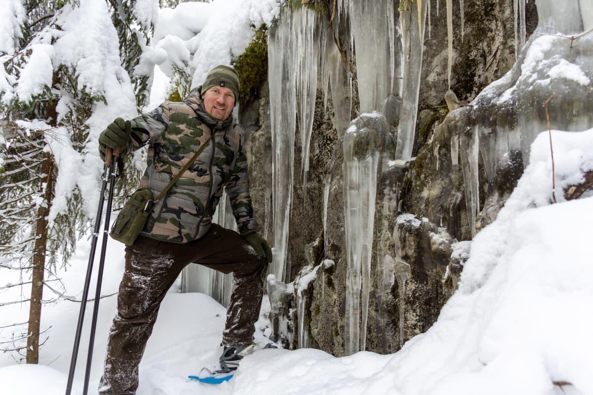 Tommi Vuorinen jääputouksella Tampereen Olkahisissa.