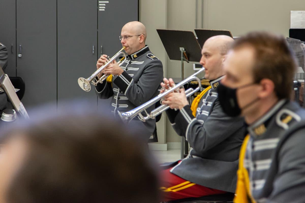 Rakuunasoittokunta harjoittelemassa Lappeenrannan maasotakoululla 4.2.2021.