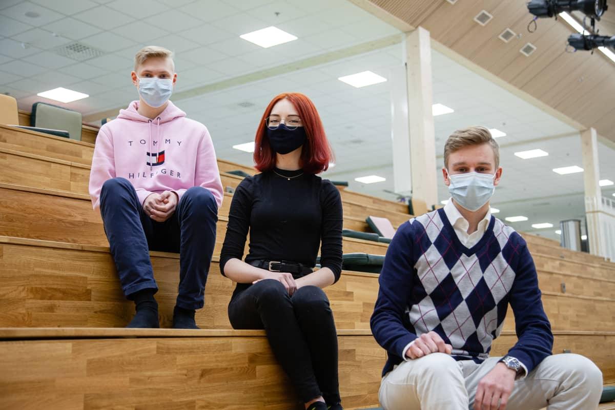 Sebastian Tiilikka, Emmi Elo ja Eemeli Solonen Imatran yhteislukion abeja 2021.