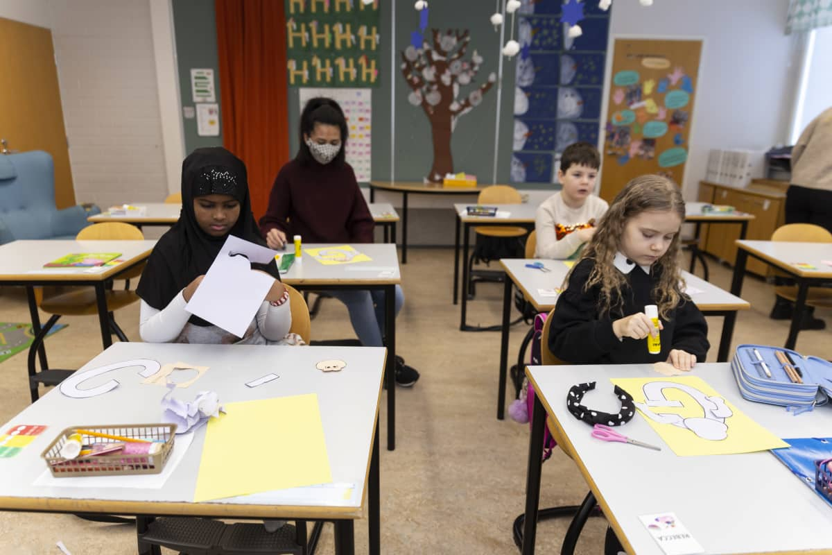 Noppakao Fedorova askartelee 1 D -luokan kanssa. Edessä istuvat Faisa Mahamud Abdullahi ja Rebecca Kõrts. Takana on Maksim Ressaar.