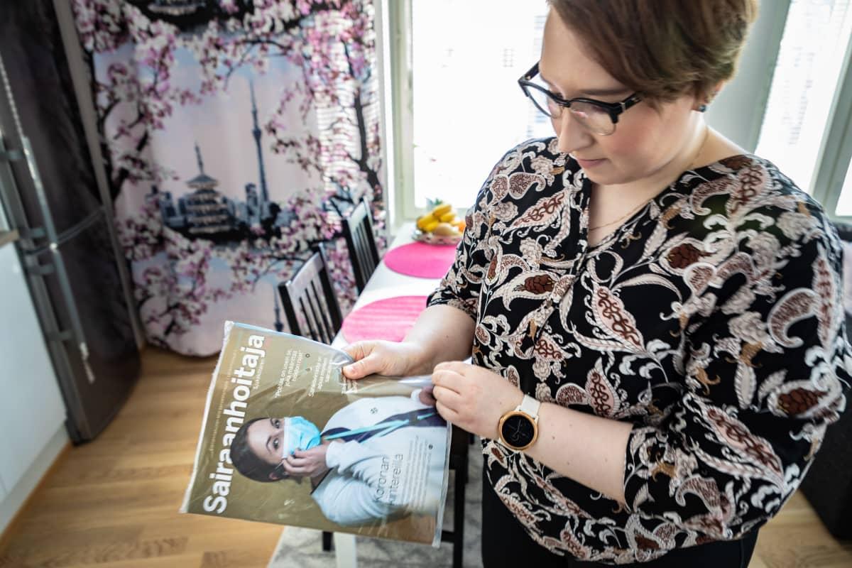 Anna-Mari Viljanen katsoo Sairaanhoitaja lehteä