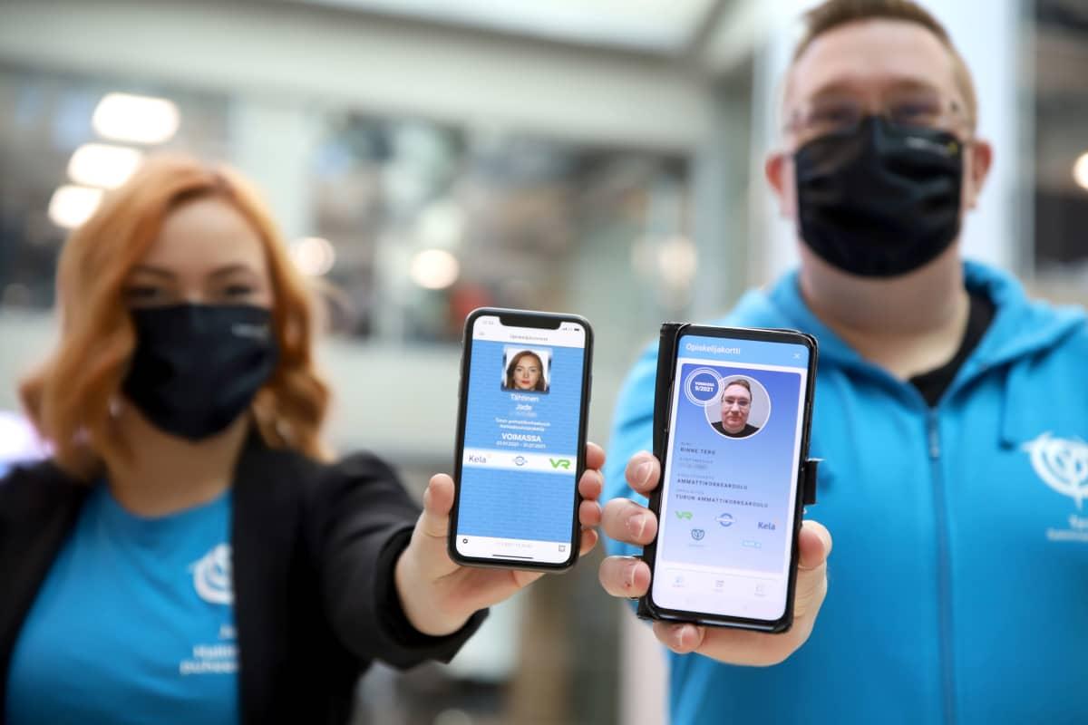 Jade Tähtinen ja Tero Rinne näyttävät kännyköistä opiskelijakorttejaan.