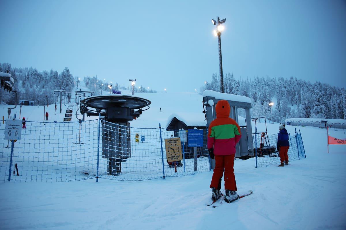 Lapsi menossa hiihtohissiin Sallatunturilla.