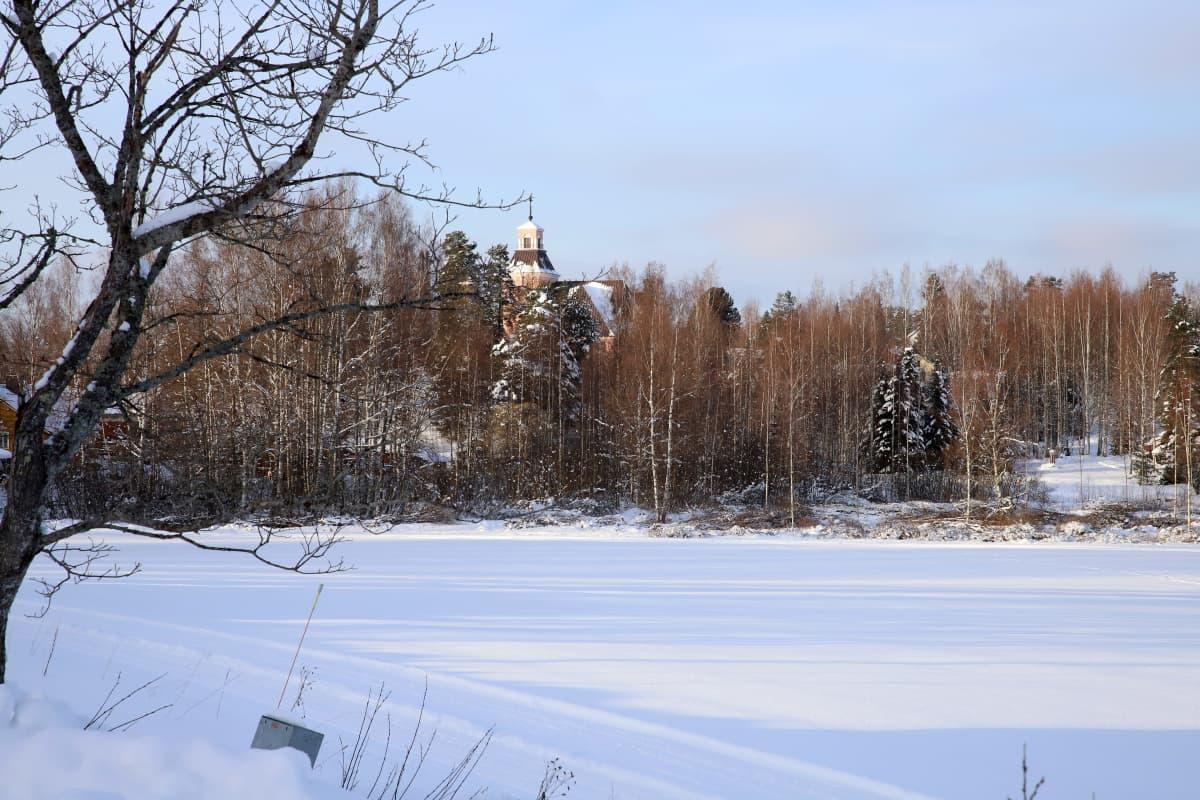 Padasjoen kirkko kauempaa kuvattuna talvella