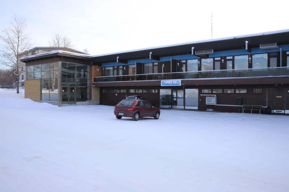 Padasjoen uimahallirakennus ulkoa päin kuvattuna, talvi