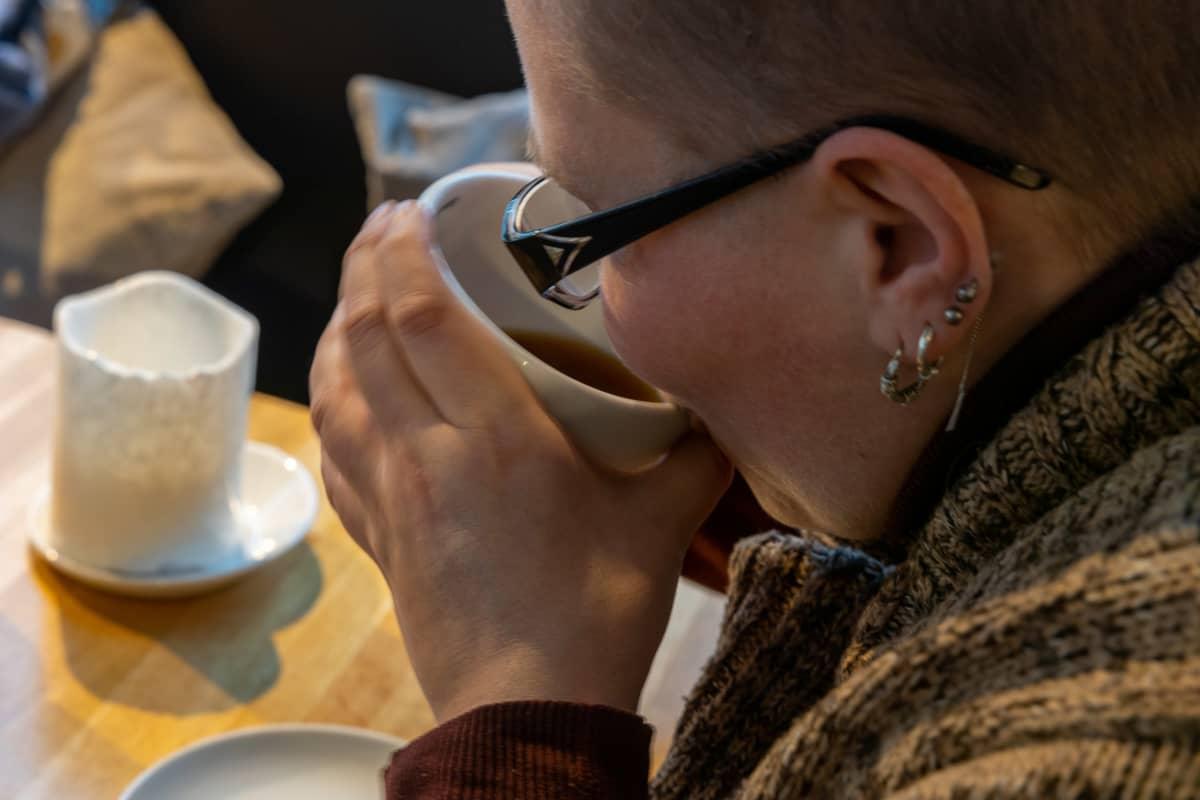 Essentiaalisesta vapinasta kärsivä Maarit Matjussi kahvilassa