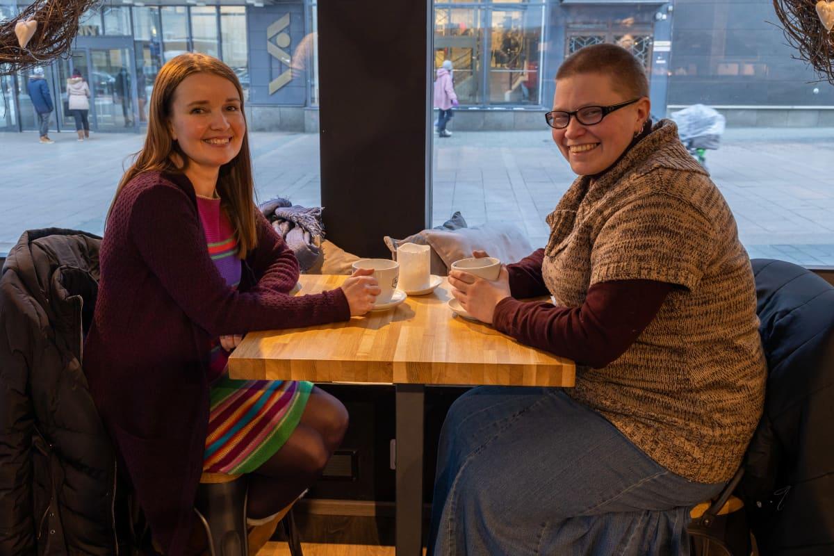Marjo Lehtinen ja essentiaalisesta valinnasta kärsivä Maarit Matjussi kahvilassa