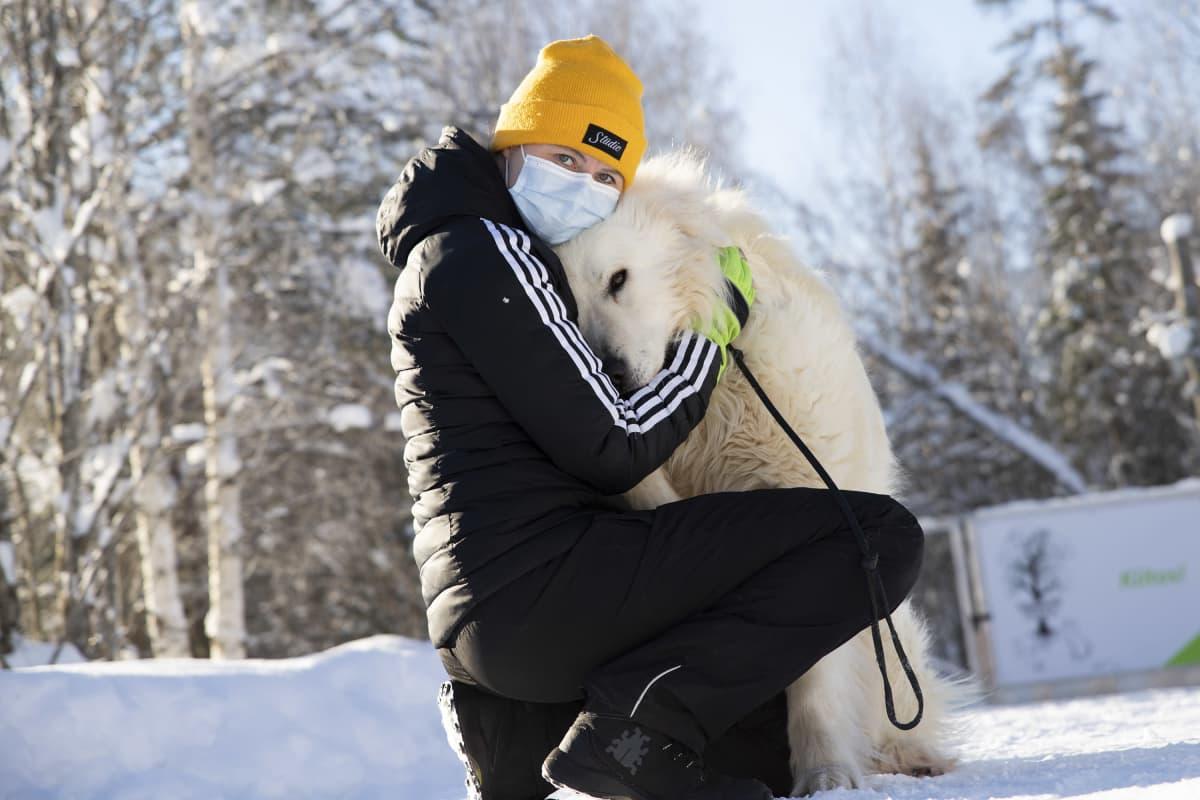 Lemmikkieläinhoitola Rikulan yrittäjä Henna Simonen ja maremmano-abruzzese rodun koira Nerone.