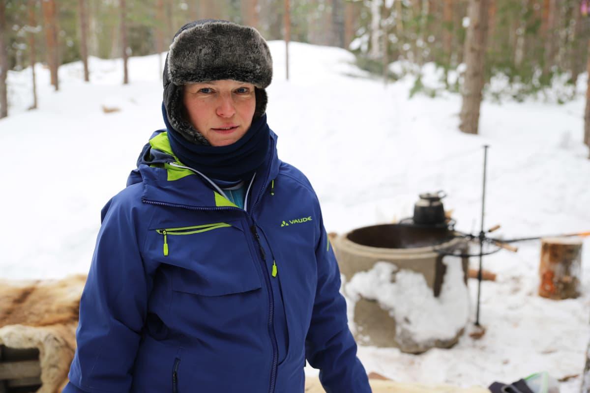 Kiviharjun koirahoitolan yrittäjä Mari Nenonen Kotkan Hurukselassa.