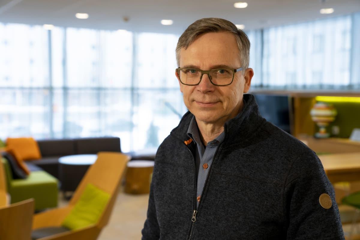Tutkimusprofessori Mikko Härmä Työterveyslaitokselta Scandic Meilahti -hotellin aulassa.