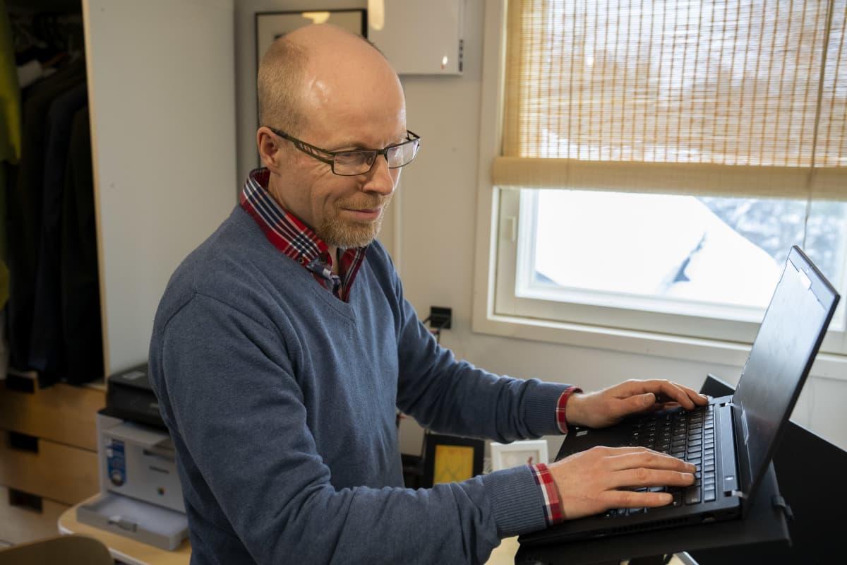Samuli Kenttämies työskentelee kotonaan tietokoneen äärellä.