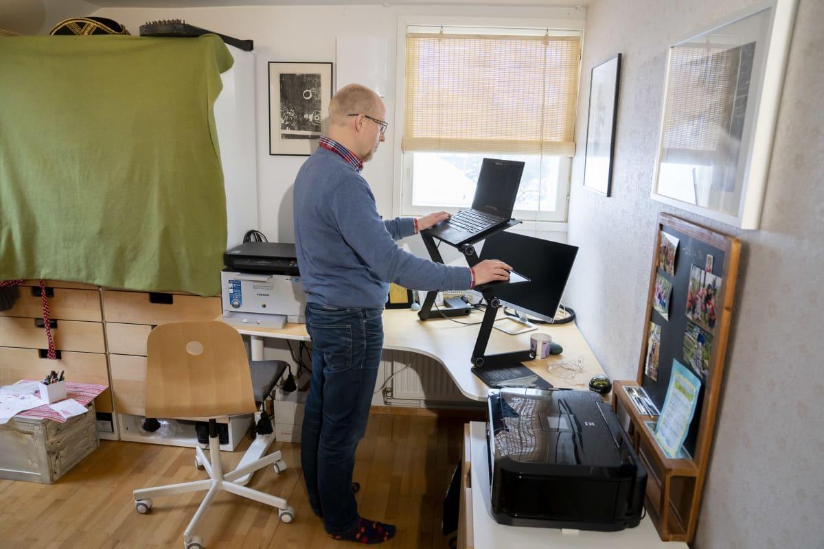 Samuli Kenttämies tietokoneen ääressä kotonaan Espoon Laaksolahdessa.