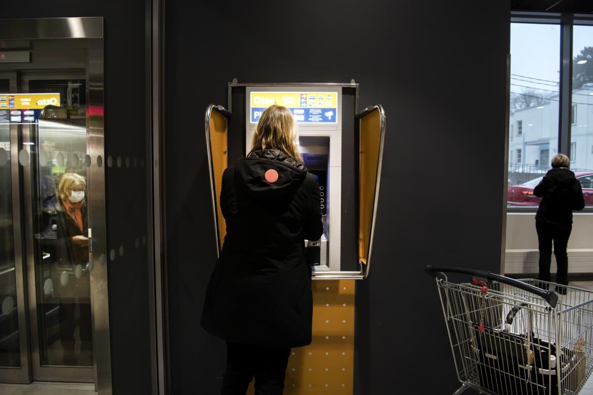 Pankkiautomaatti kauppakeskuksessa.