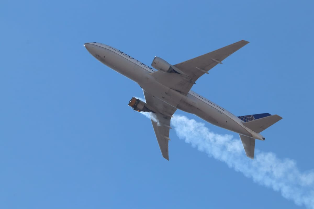 Kuvassa United Airlinesin matkustajakone, jonka oikeanpuoleisesta moottorista tulee savua.