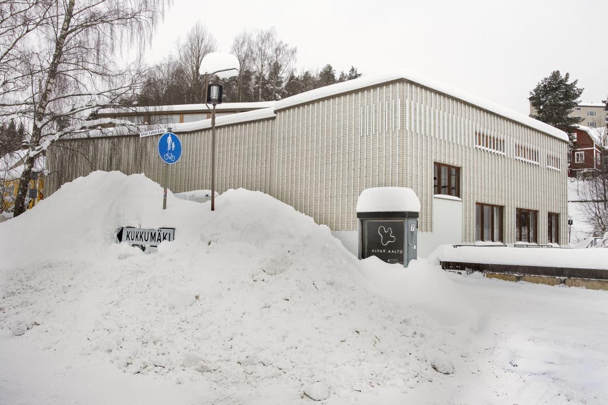 Alvar Aalto -museo aurattujen lumivallien takana.
