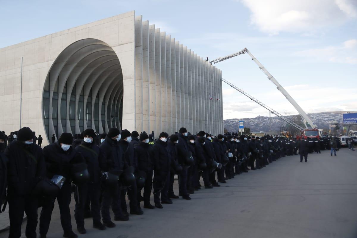 Poliisirivi rakennuksen edustalla