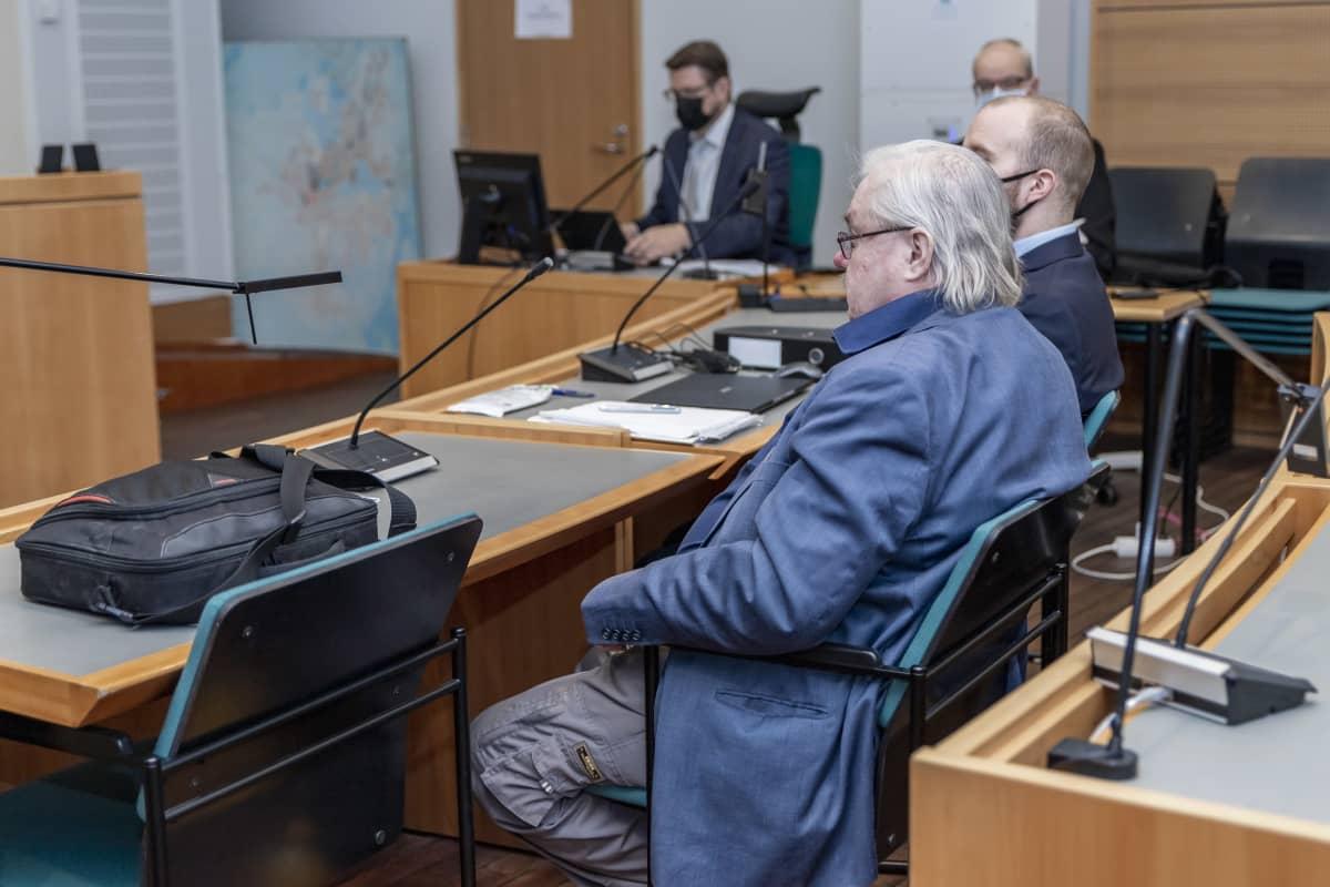 Pekka kataja istuu oikeussalissa.