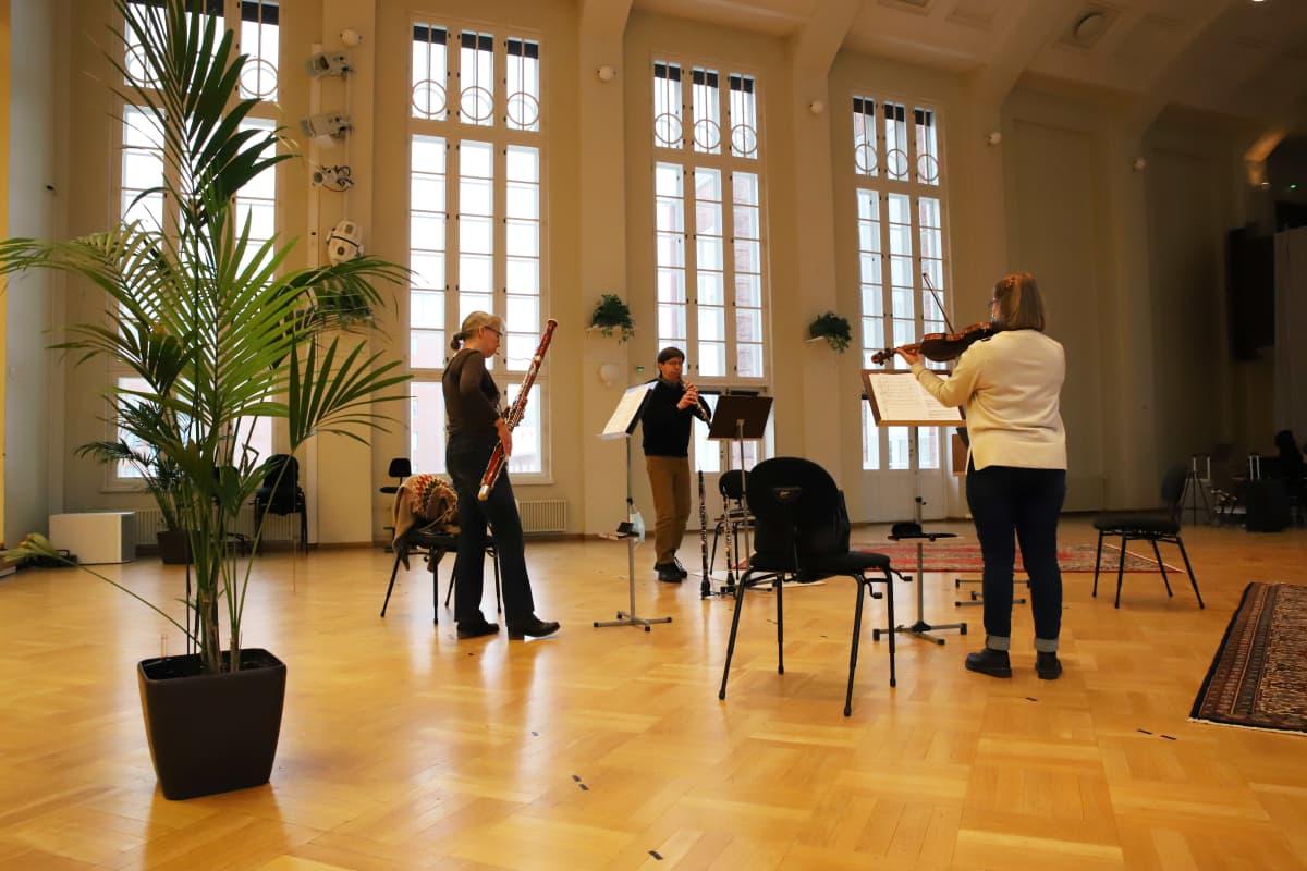 Kymi Sinfoniettan Maija Andersen, Karita Siljander ja Timo Karjalainen orkesterivierailun harjoituksissa Kotkan Konserttitalolla.