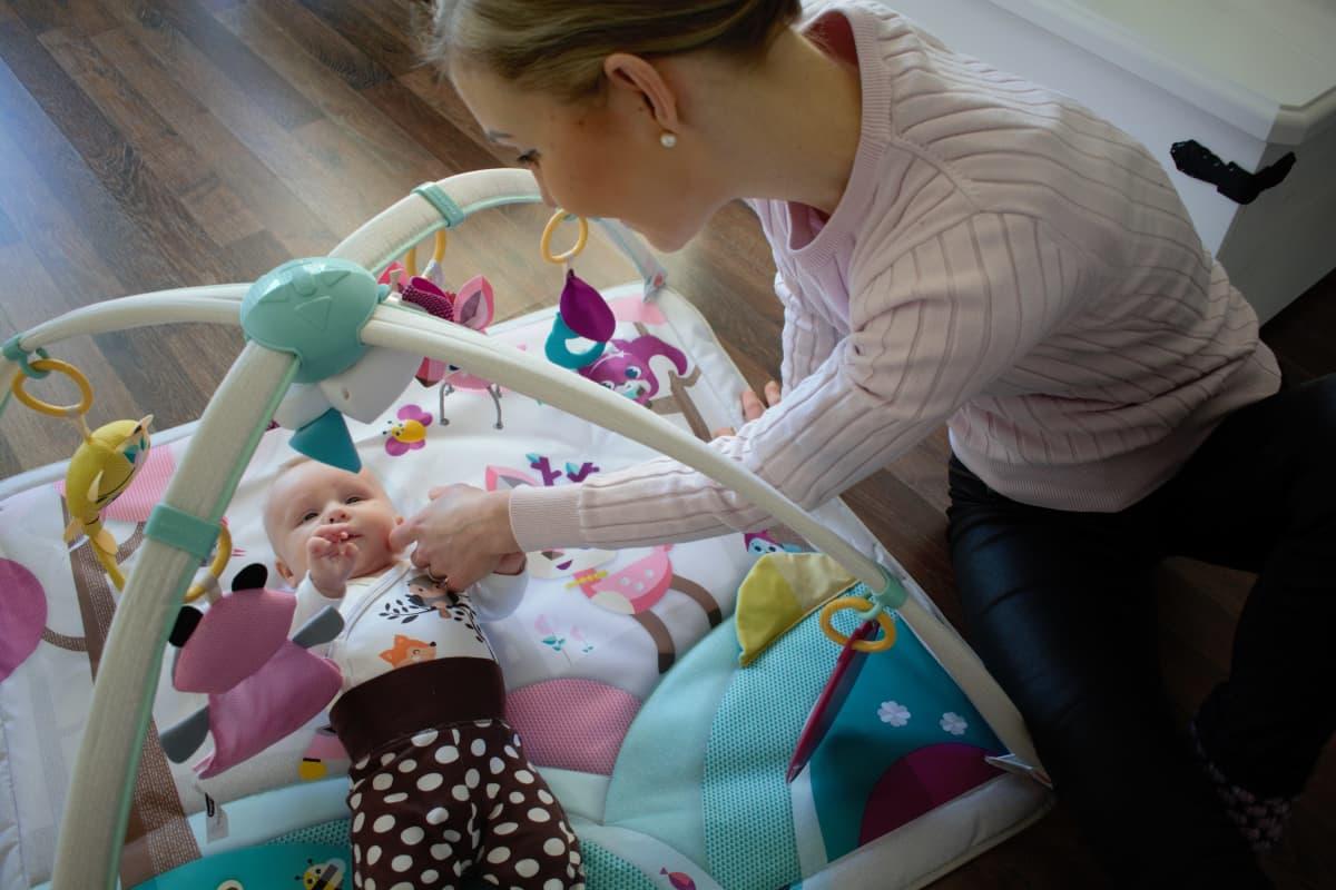 Laitilalainen Elina Varjo leikkii tyttärensä kanssa.