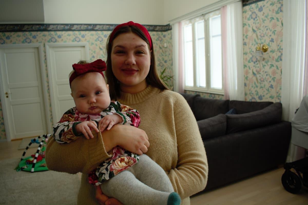 Emilia Virtanen tyttärensä kanssa.