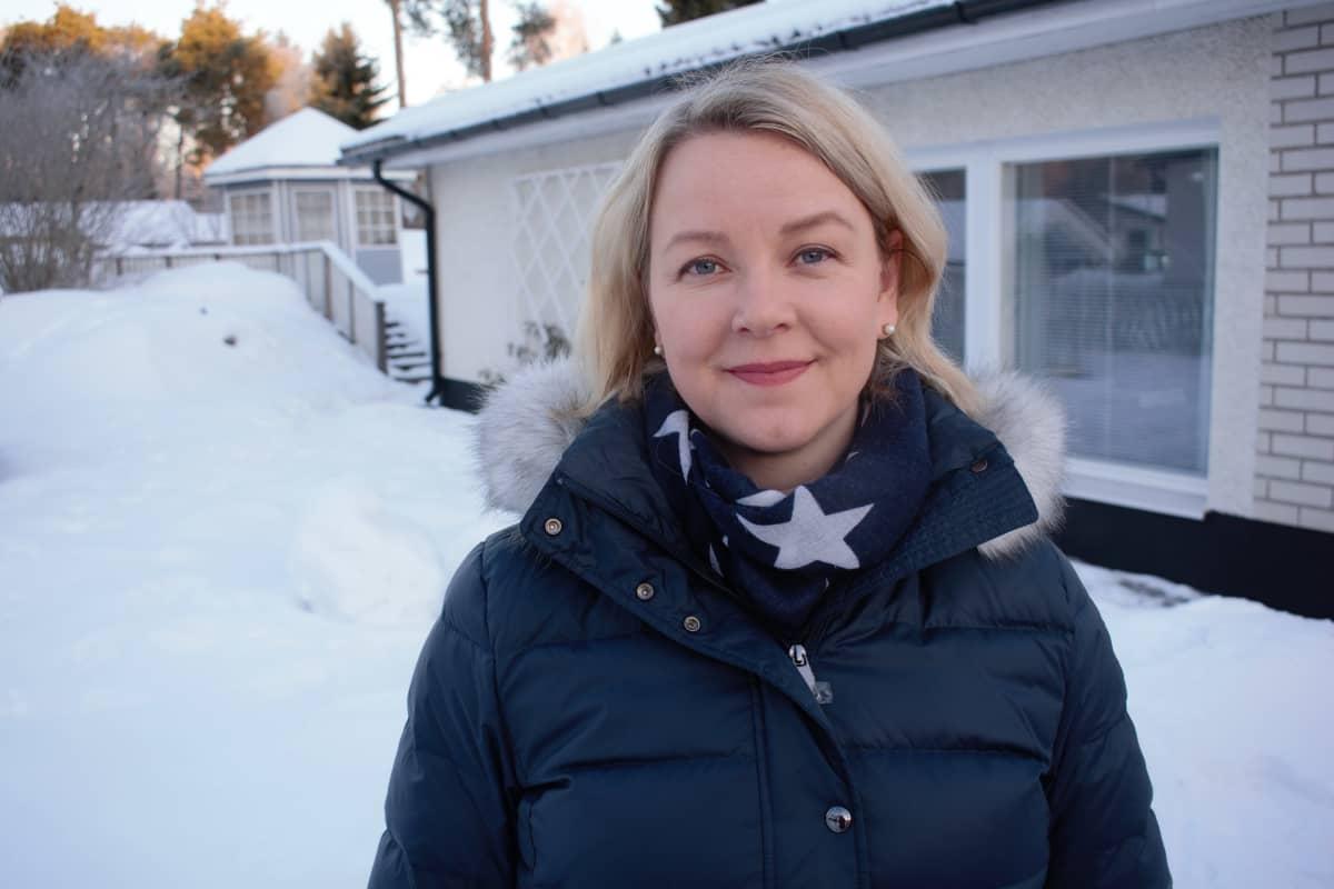 Tutkija Hannakaisa Niela-Vilen on tutkinut odottavien öitien stressiä ja unta.