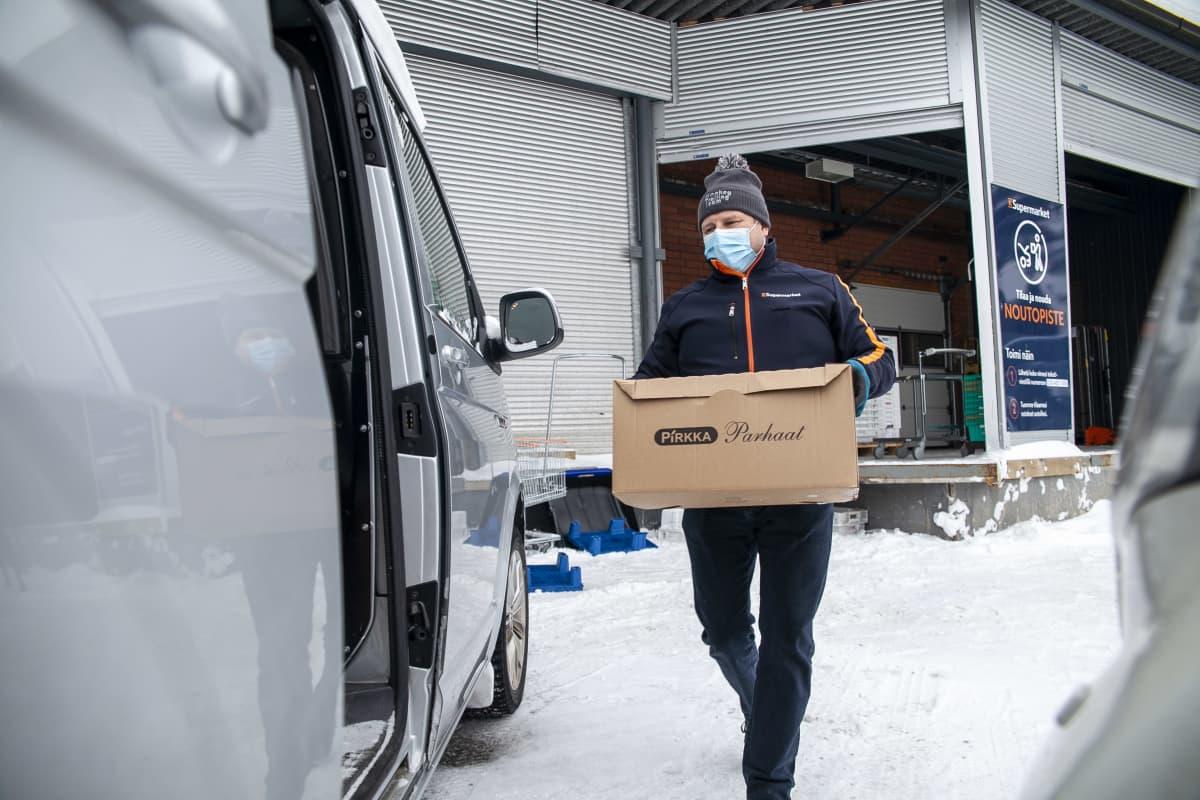 Jarmo Ruotsalainen, kauppias, K-Supermarket Artomarket, lähdössä toimittamaan verkkoruokatilausta asiakkaalle