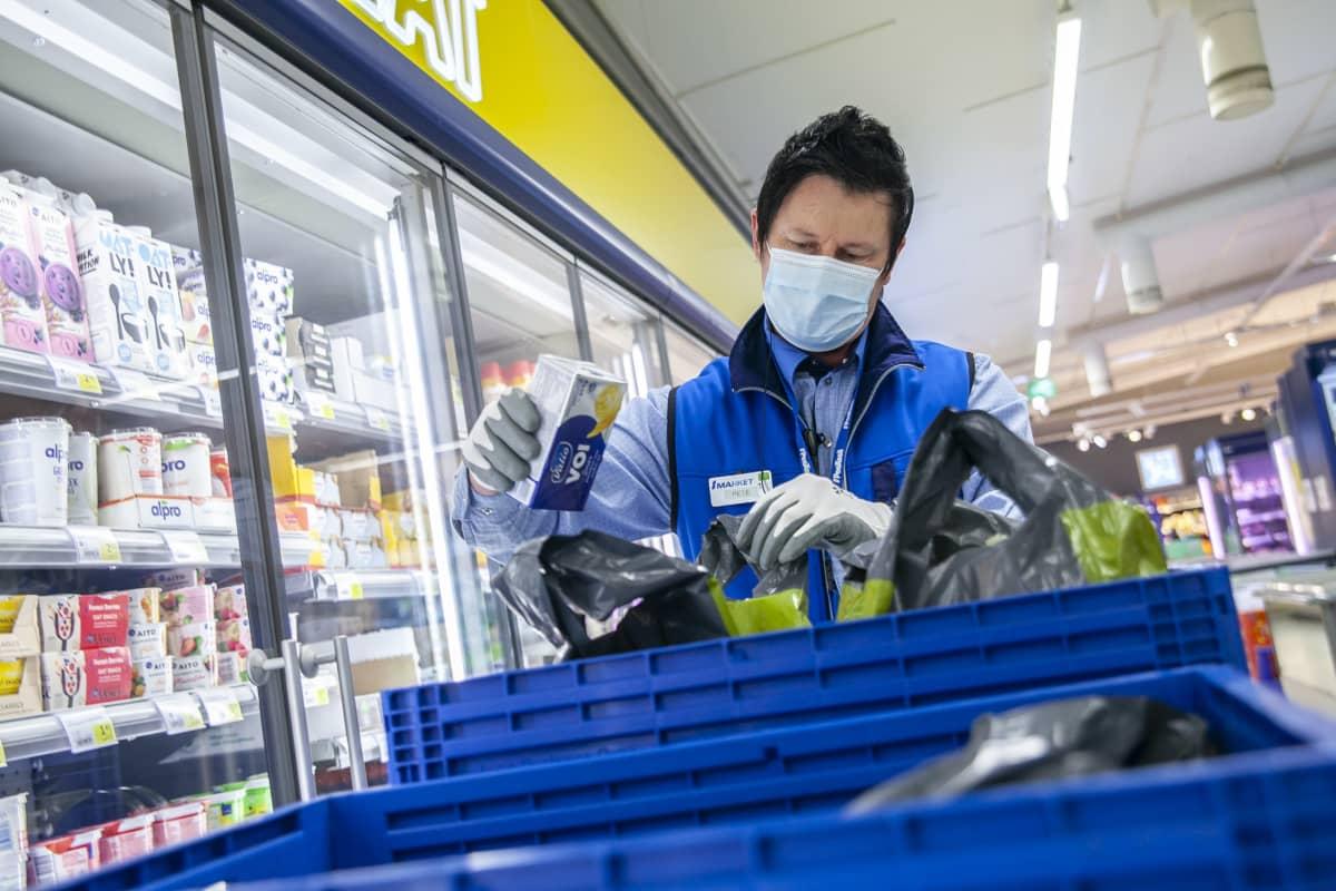 Petri Taattola, myyjä, S-market Nilsiä, kerää ruokaostoksia, jotka ovat tehty verkkoruokakaupasta