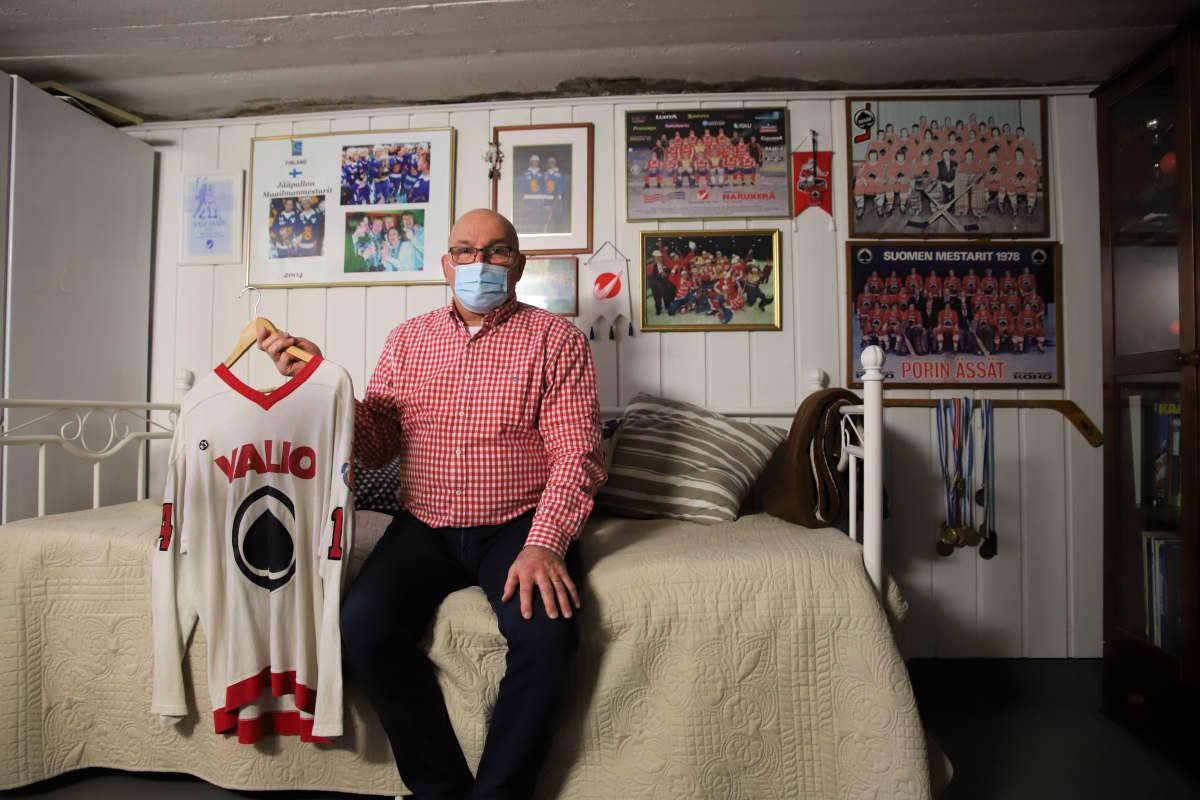 Entinen porilaiskiekkoilija Erkki Väkiparta kotinsa perheen urheilumuseossa.
